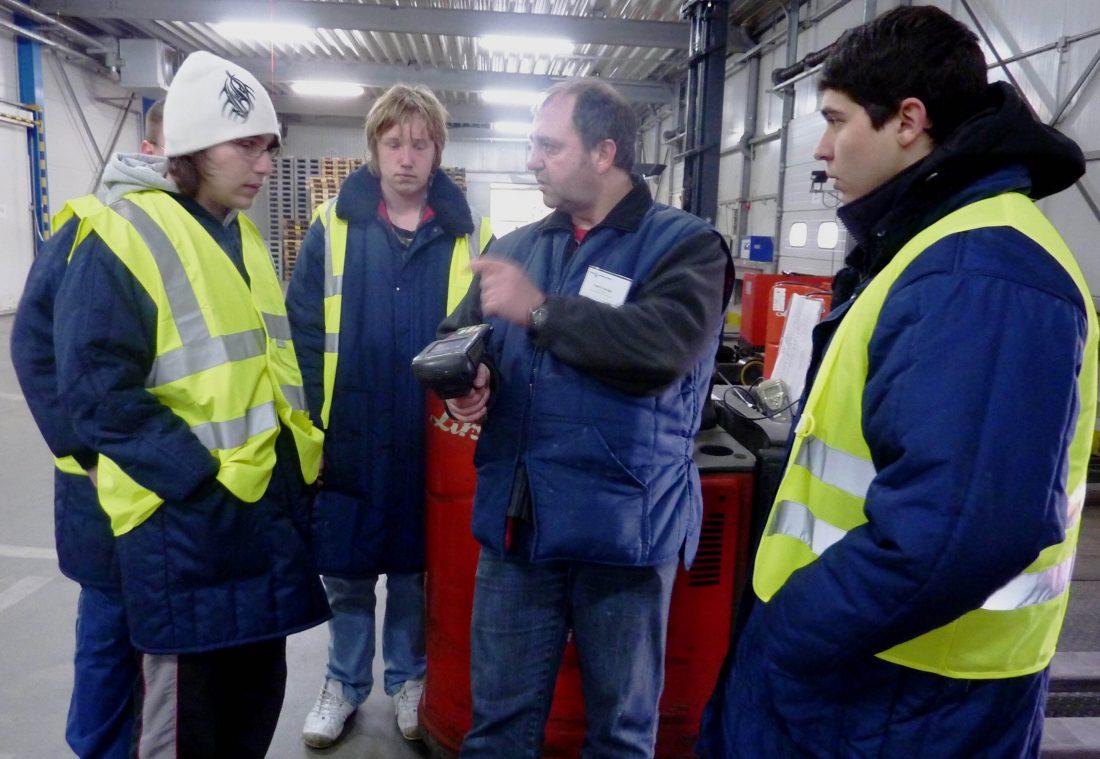 Heinz Honigs (2.v.r.), Leiter Wareneingang bei WILMS Tiefkühl-Service GmbH, erläutert den Schülern den beleglosen Wareneingang.