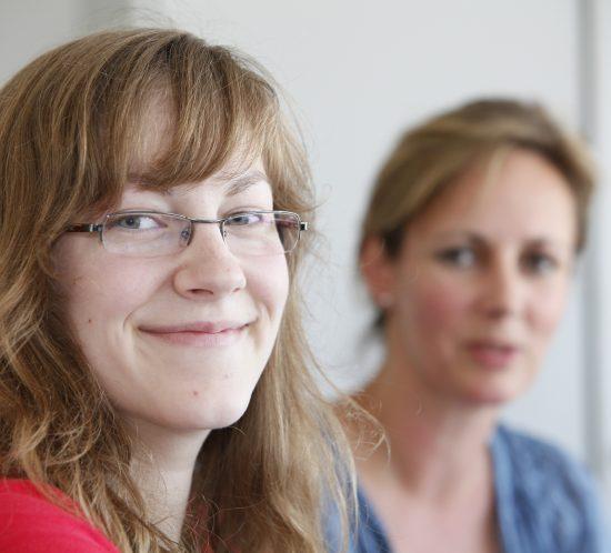 Madeleine Aarts (li.), Auszubildende zur Kauffrau für Groß- und Außenhandel bei der WILMS Tiefkühl-Service GmbH
